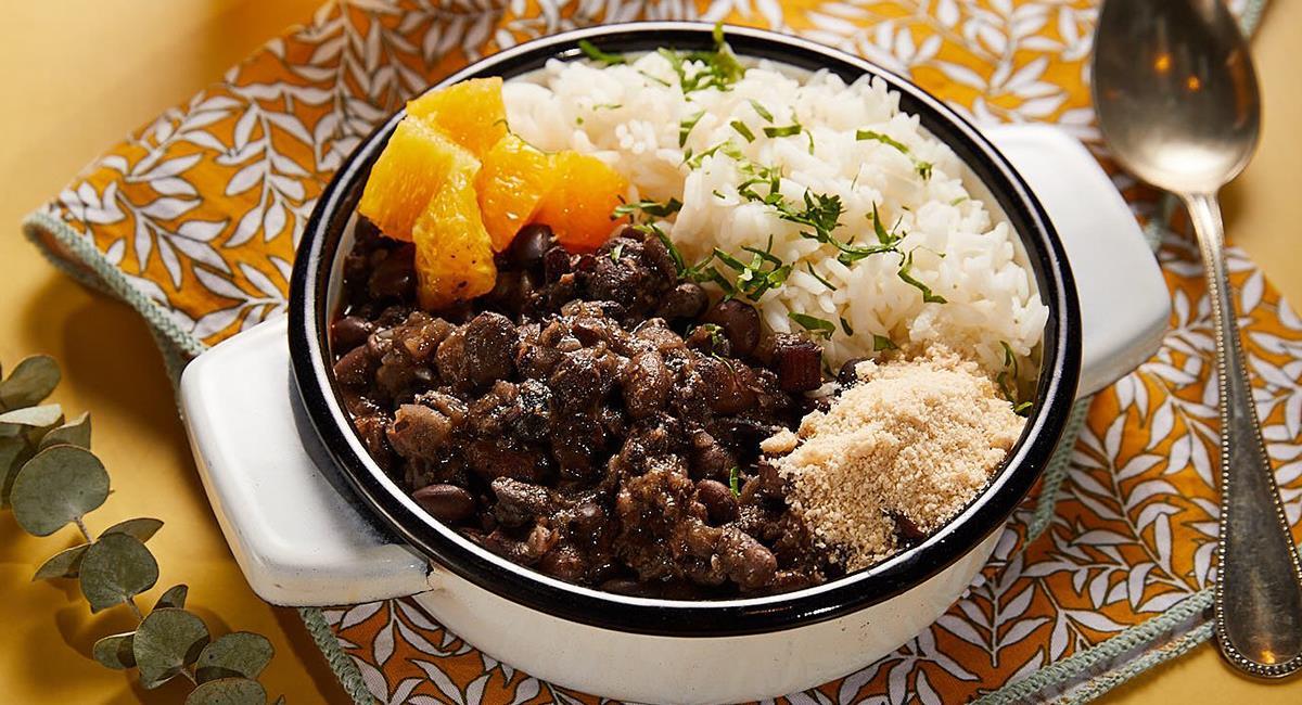 La feijoada es un plato insigne de Brasil, y debes probarlo. Foto: Twitter @garage_gourmet