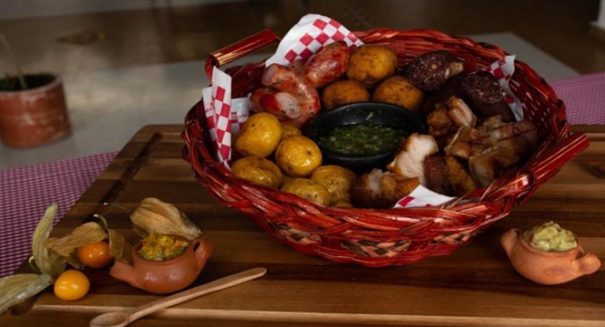 La fritanga es una combinación de carnes picadas, tradicional de Cundinamarca. Foto: Twitter @IPESBogotá