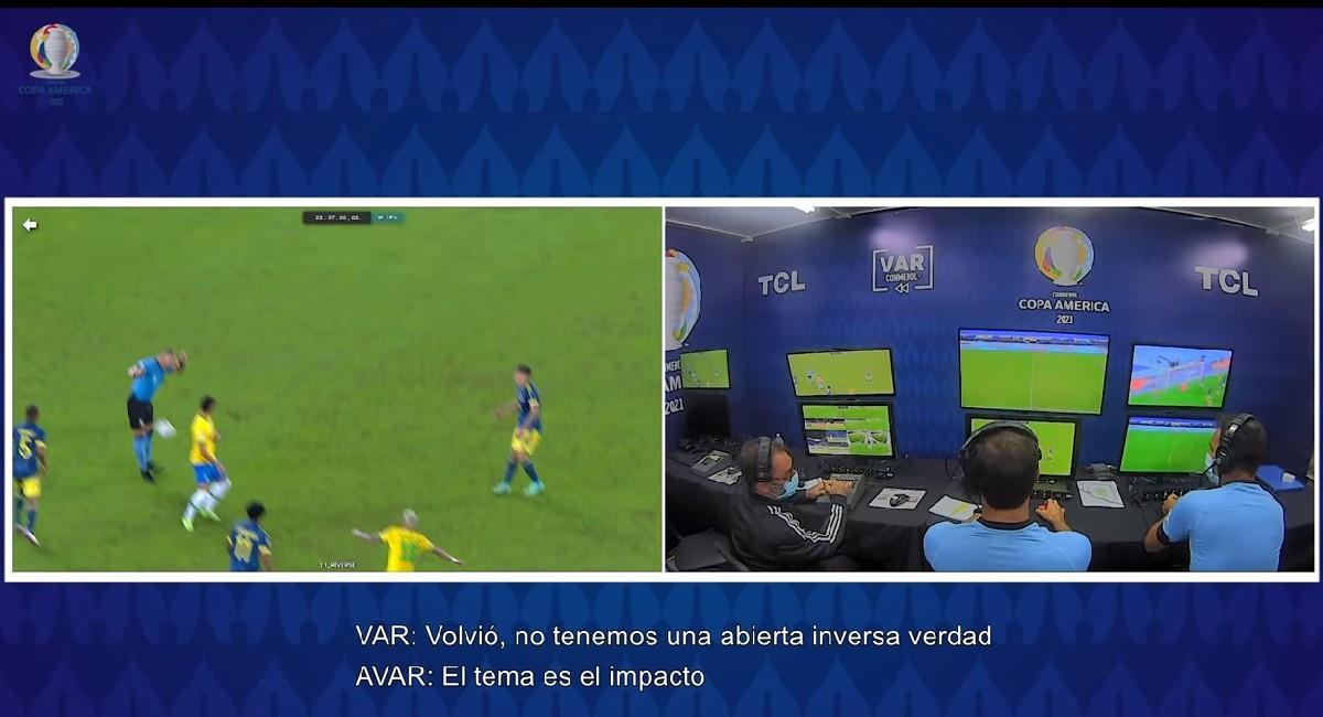 El VAR debate la jugada de gol de Brasil ante Colombia. Foto: Youtube
