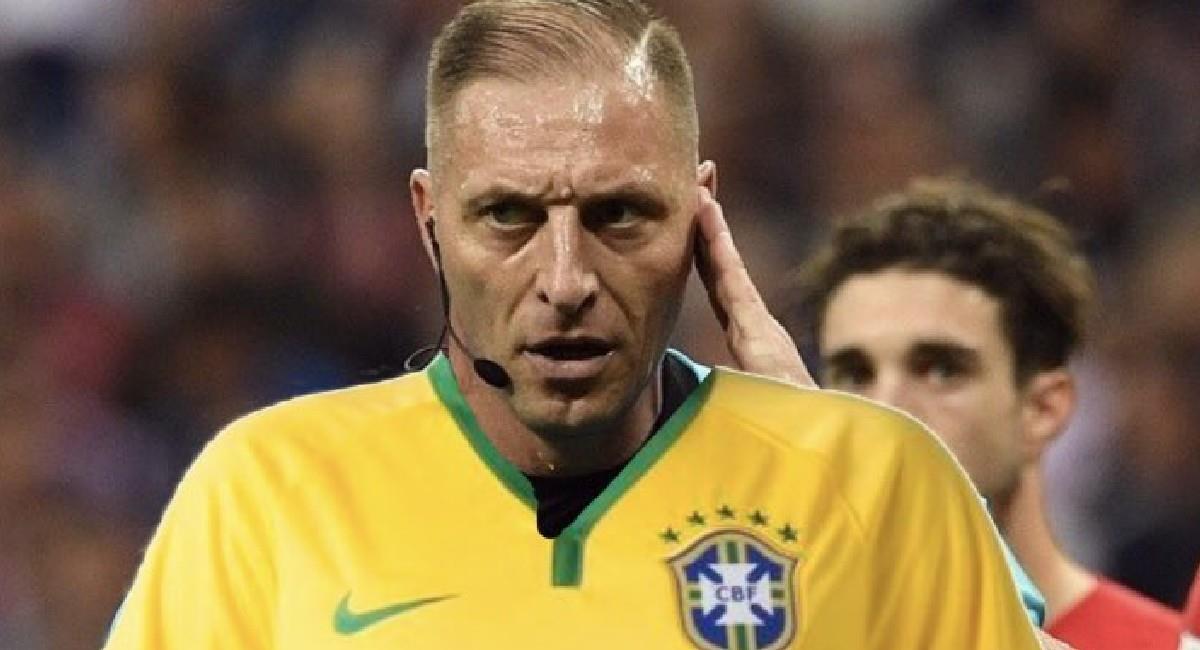 Néstor Pitana con la camiseta de Brasil. Foto: Twitter