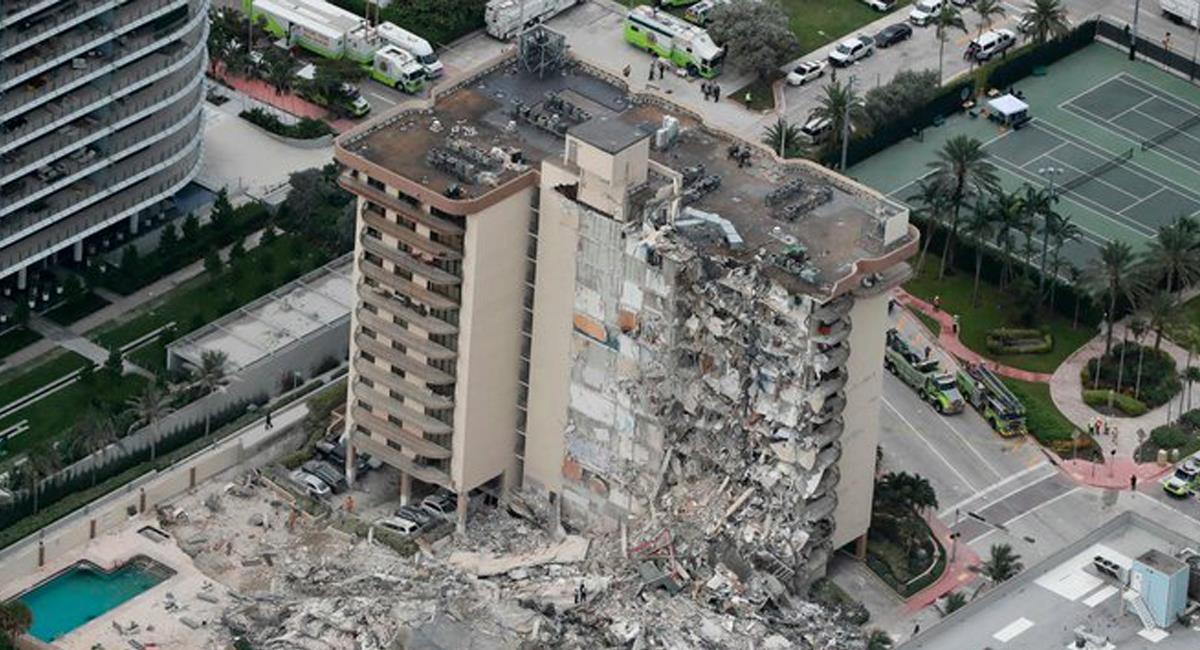 Una parte del Champlain Towers se desplomó hacia las 2 a.m. del jueves y se reportan 100 desaparecidos. Foto: Twitter @owillis