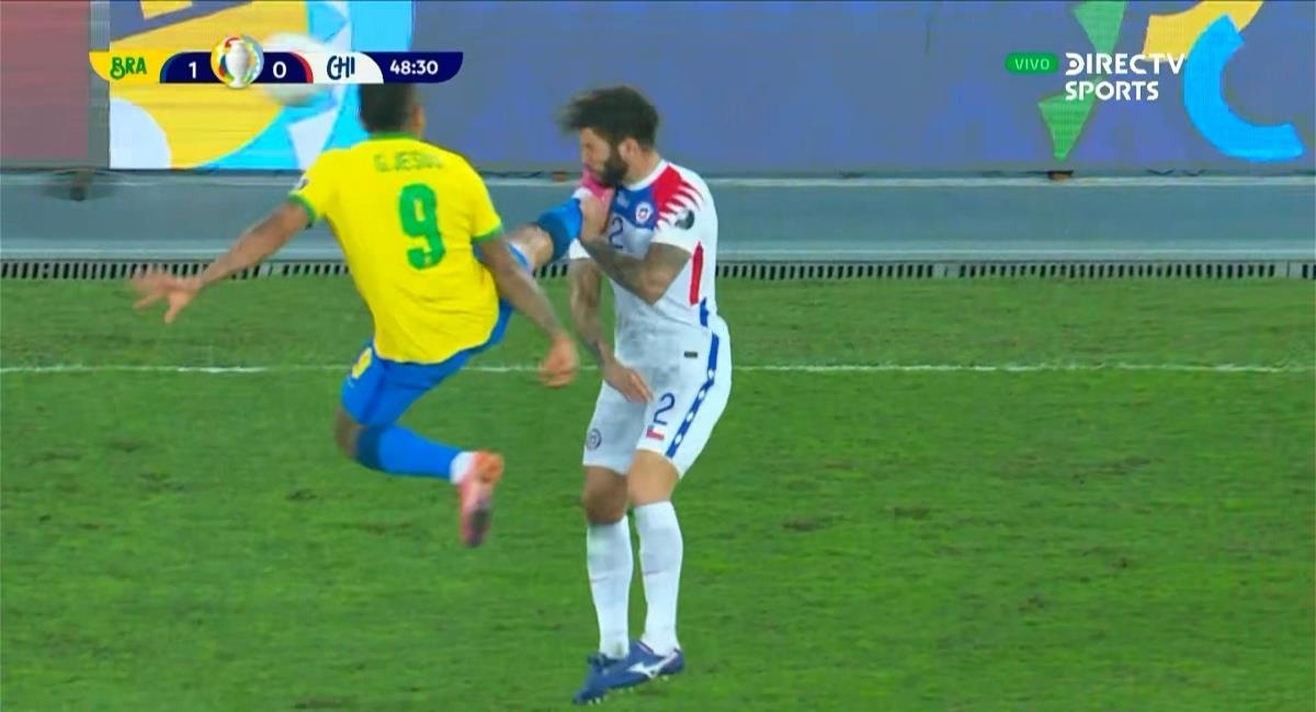 Tremenda patada de Gabriel Jesús en la victoria de Brasil vs Chile. Foto: Twitter captura pantalla DirecTV Sports.