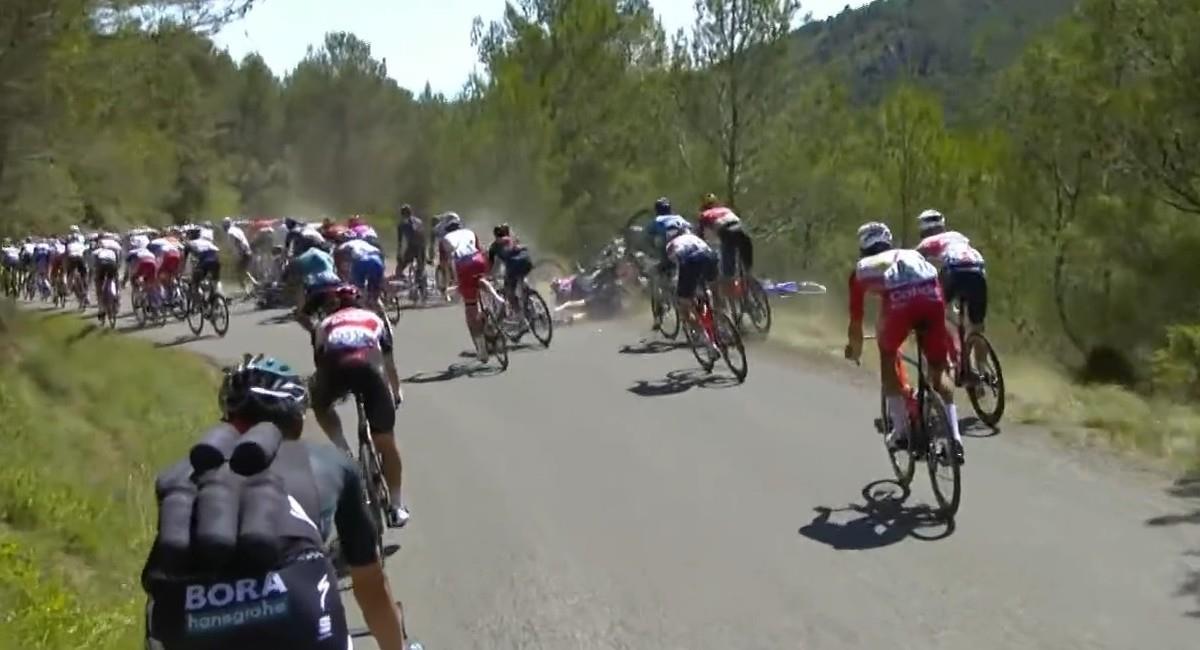 Así se registró la caída en la etapa 13 del Tour de Francia 2021. Foto: Twitter @letour_es