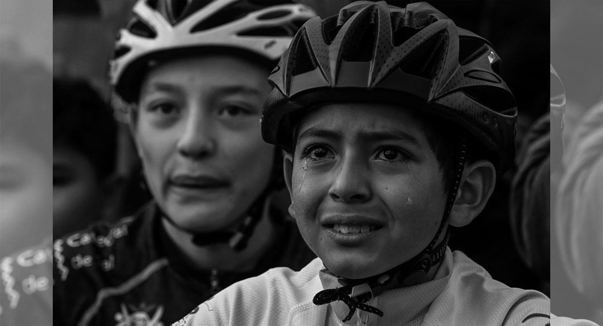 La imagen de Julián Gómez llorando por el título de Egan Bernal quedará en la historia. Foto: Twitter @Lasnoticiascol