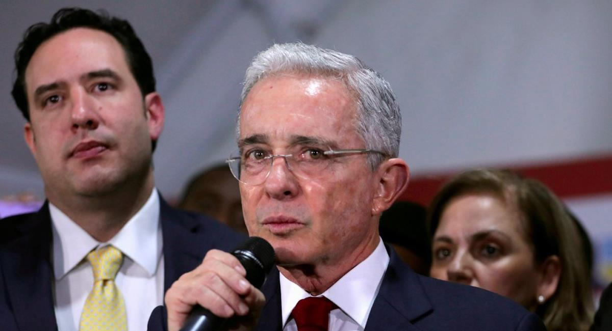 Álvaro Uribe había pedido desde el inicio del Gobierno Duque un aumento en las penas para ataques a policías. Foto: Facebook Aristegui Noticias