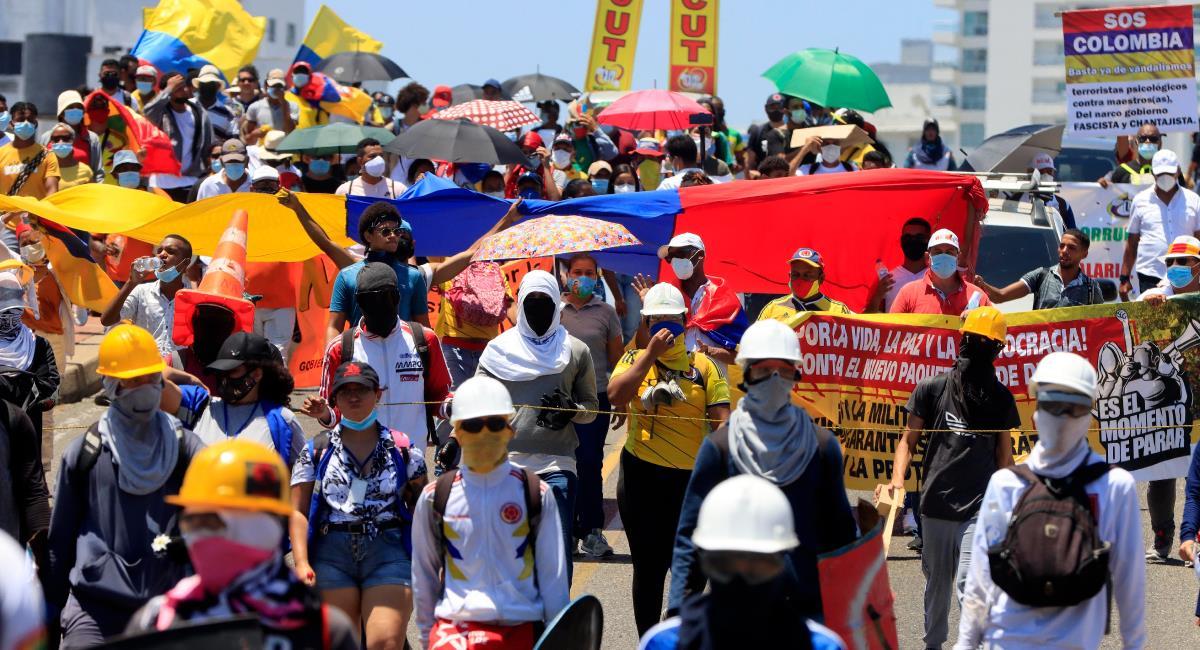 Una protesta pacífica llena de color y música en las calles de Colombia. Foto: EFE
