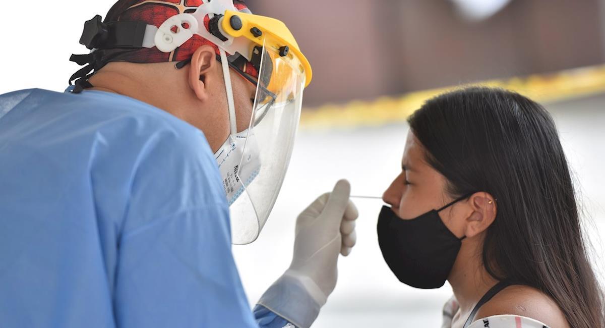 Cifras de contagios y muertes por COVID-19 siguen bajando en Colombia. Foto: EFE