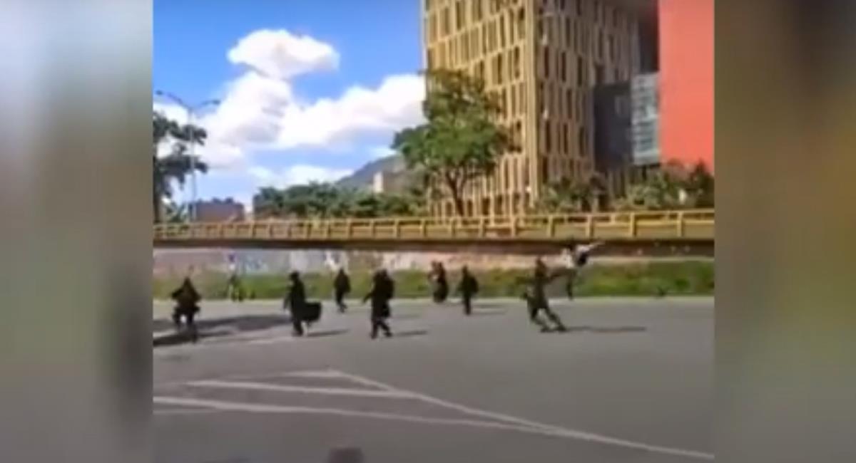 Al mejor estilo karateca un hombre atacó cobardemente por la espalda a una mujer agente del Esmad en Medellín. Foto: Captura de video