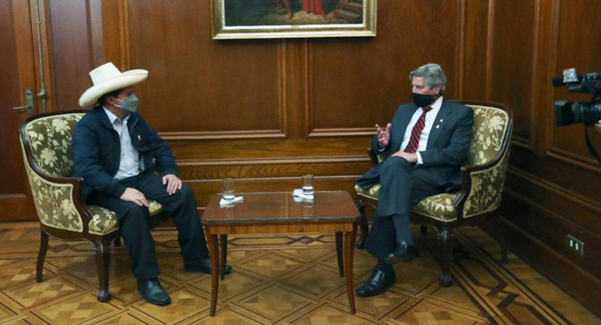El presidente electo, Pedro Castillo, se reunió con el saliente, Francisco Sagasti, en el Palacio de Gobierno. Foto: Twitter @vijayprashad
