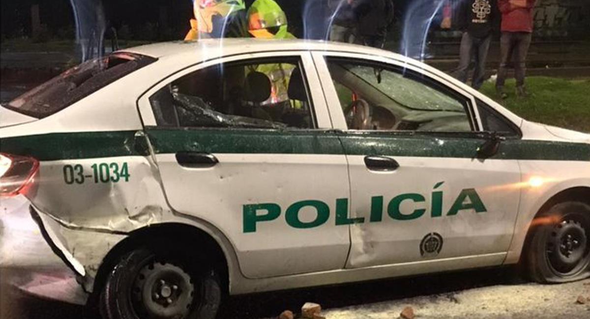 Un policía se salvó de ser quemado vivo en el interior de la patrulla que conducía en la localidad de Suba. Foto: Twitter @BluRadioCo