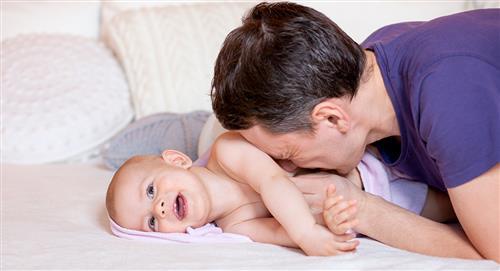 ¿Cómo y dónde deberías acariciar a un bebé?