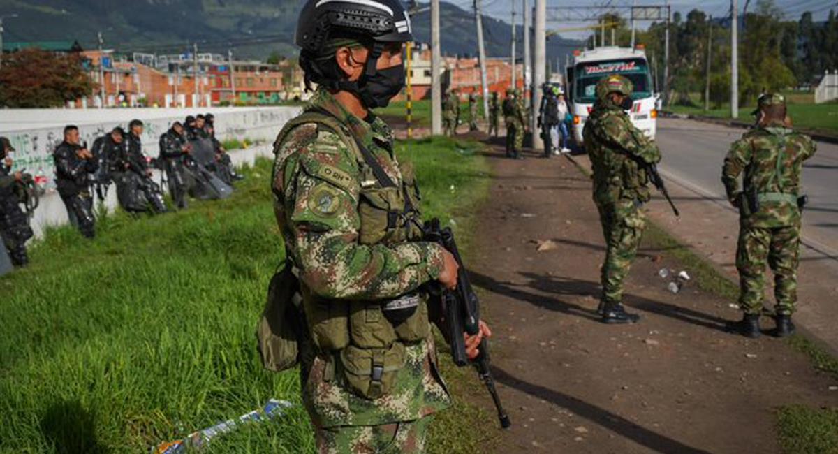 El Consejo de Estado suspendió temporalmente el decreto que permitía la asistencia militar en protestas. Foto: Twitter @LeonVaLenciaA