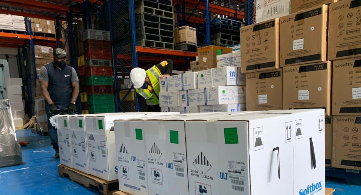 Un nuevo lote de vacunas de Pfizer compuesto por 443.430 biológicos llegó a Colombia esta tarde. Foto: Twitter @MinSaludCol