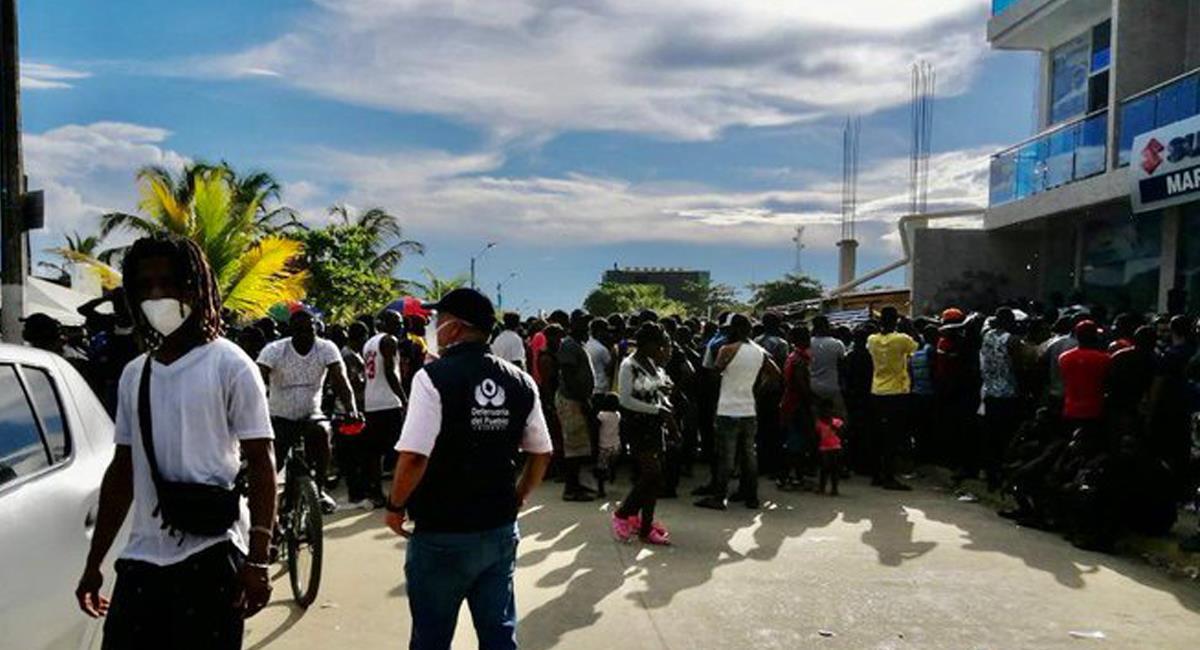 """Miles de migrantes de África y el Caribe se encuentran """"varados"""" en Necoclí mientras logran pasar a Panamá. Foto: Twitter @DefensoriaCol"""