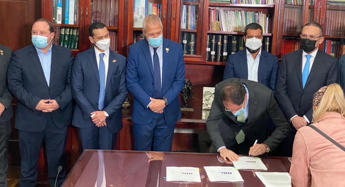 """Gobierno presenta proyecto de """"inversión social"""" en el Congreso. Foto: Twitter @jrestrp"""