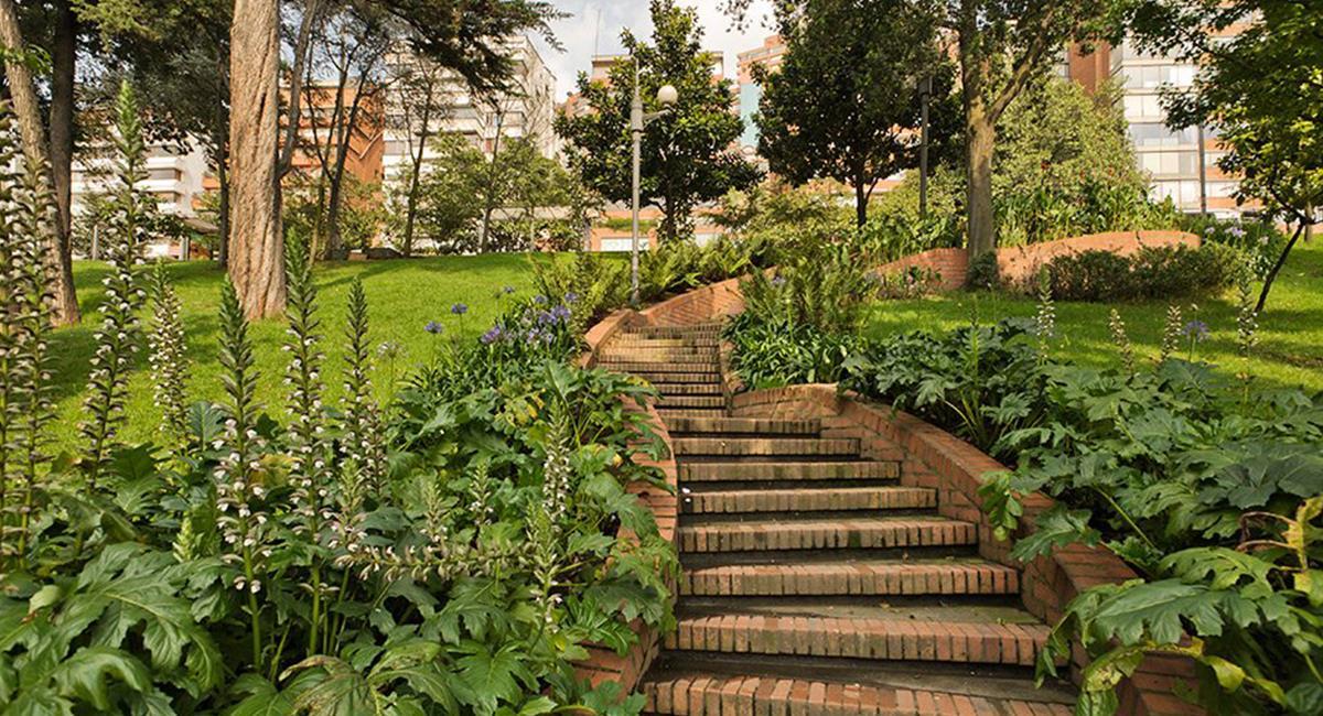 Los senderos naturales y espacios turísticos, se pueden recorrer con medidas de bioseguridad. Foto: Twitter  @Bogota__DC
