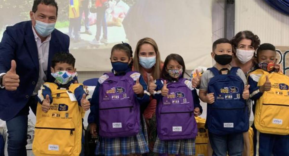 Entrega de kits escolares a estudiantes de colegios oficiales en Medellín. Foto: Alcaldía de Medellín