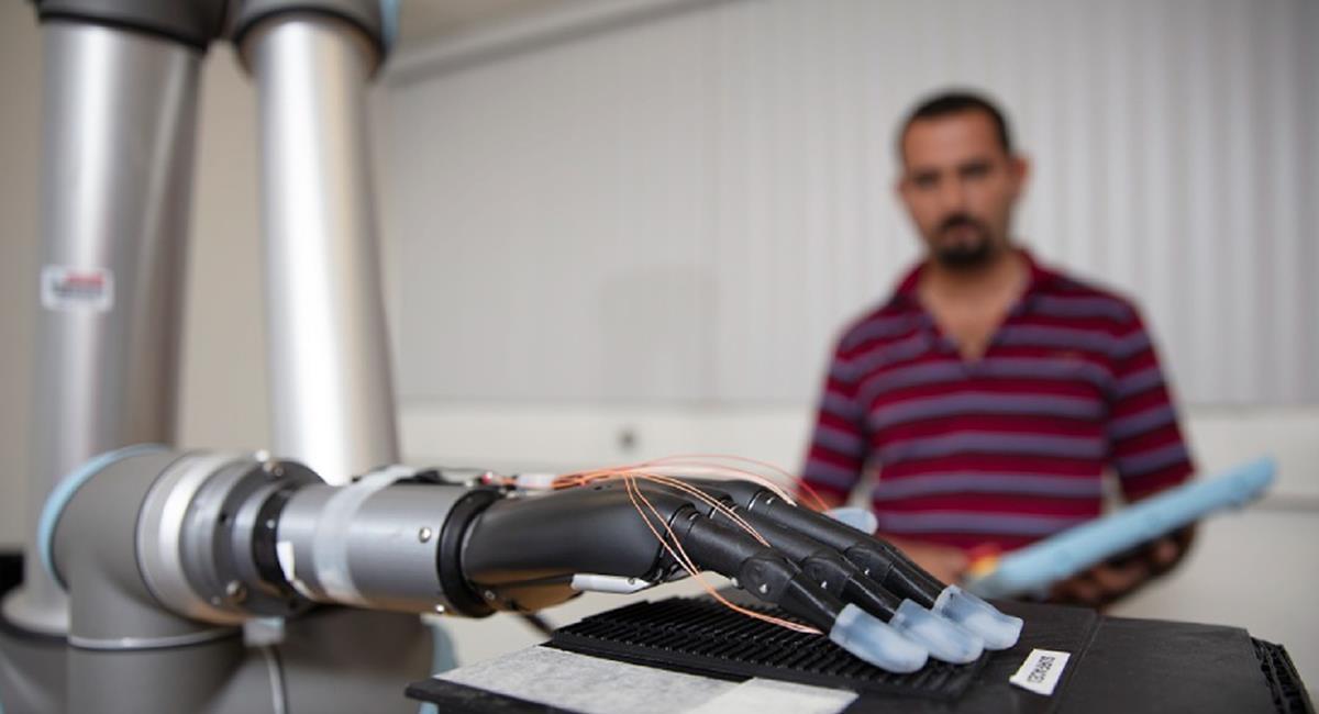 Crean prótesis con yemas artificiales para que personas puedan sentir las texturas. Foto: Twitter @FAUCOECS