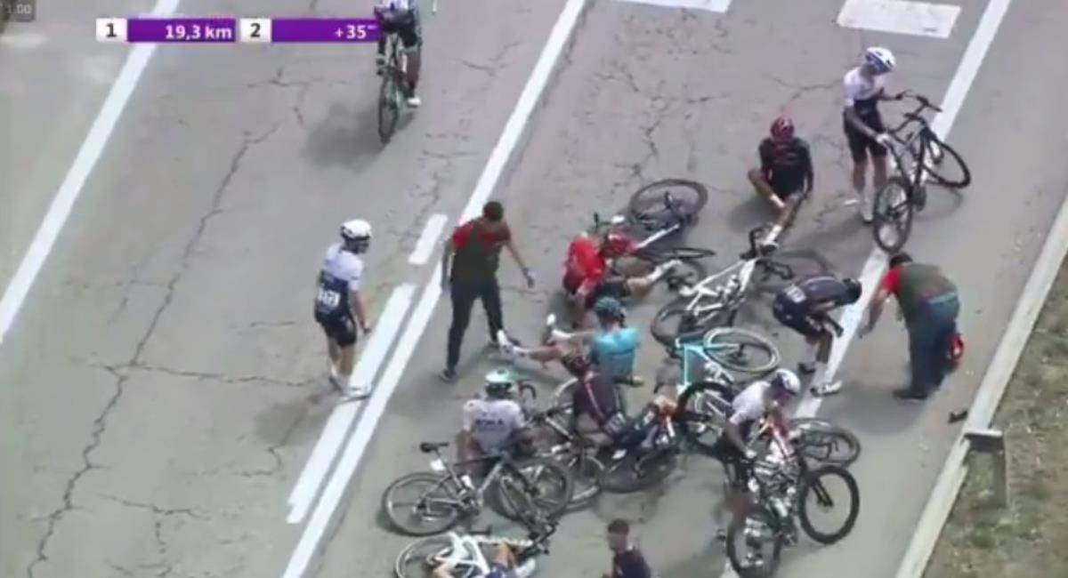 Fuerte caída de Egan Bernal y Daniel Martínez en la Vuelta a Burgos. Foto: Twitter Prensa redes Vuelta a Burgos.