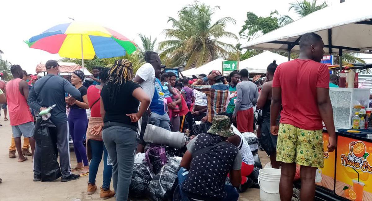"""Miles de personas venidas del exterior se encuentran """"varadas"""" en Necoclí queriendo llegar a Panamá. Foto: Twitter @HOLLMANMORRIS"""