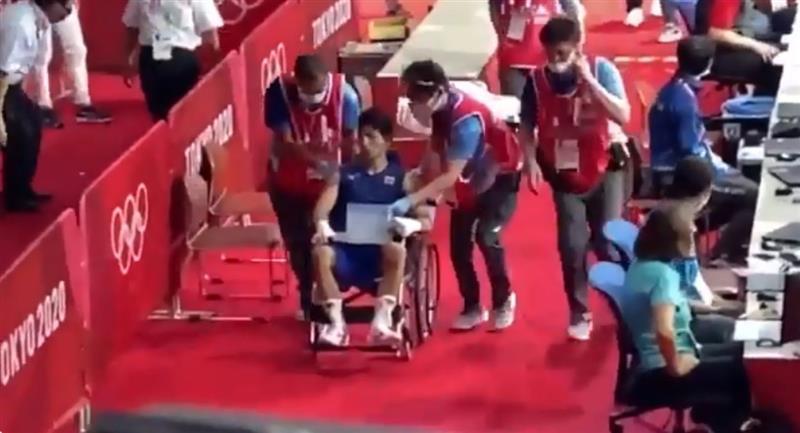 """Boxeador japonés que """"venció"""" a Yuberjén salió en silla de ruedas"""