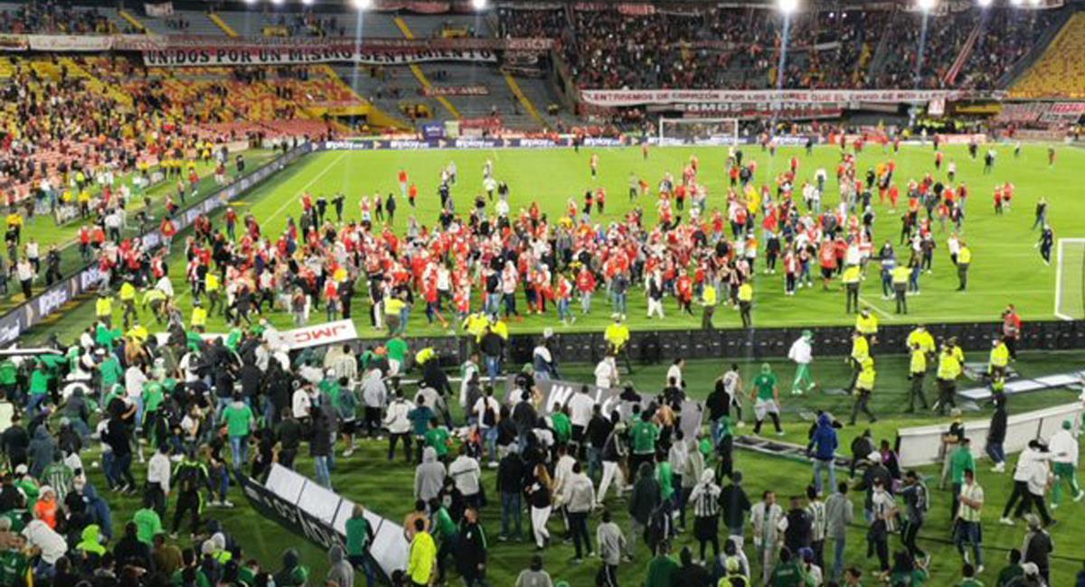 Regresó la gente al Campín y también volvió la violencia, originando una batalla campal en el estadio. Foto: Twitter @YerbaMalaMuere