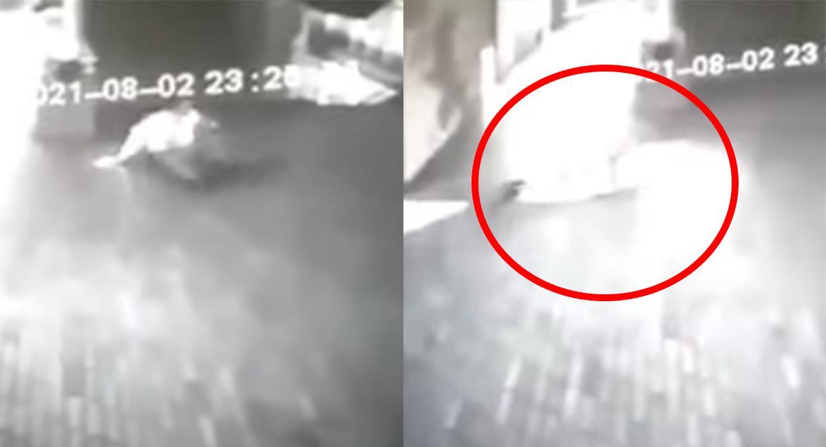 """Los compañeros de 'turno', tuvieron que """"auxiliarlo"""" después del """"ataque"""". Foto: Youtube"""
