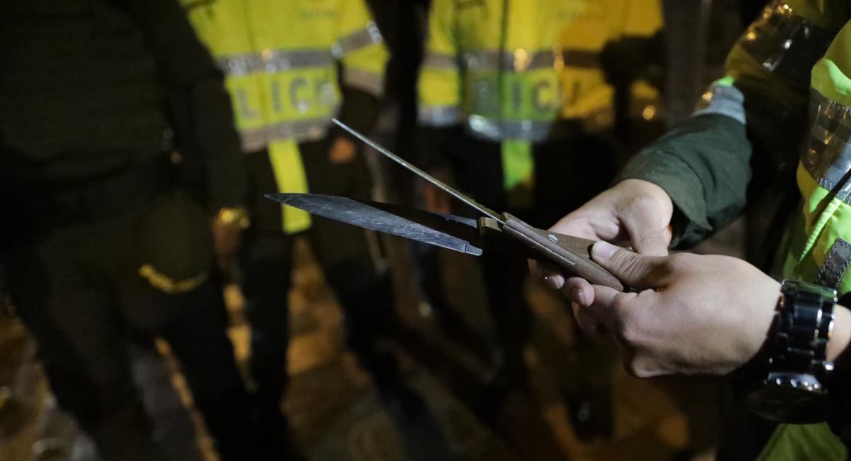Las armas blancas son las más decomisadas por la Policía Nacional en cada redada que realiza en el país. Foto: Twitter @SeguridadBOG
