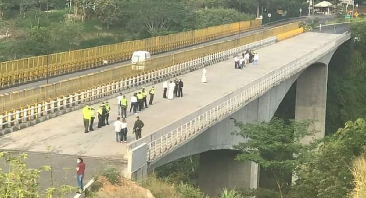 Mujer de aproximadamente 30 años, se lanzó del puente de la variante de Ibagué con su hijo. Foto: Twitter