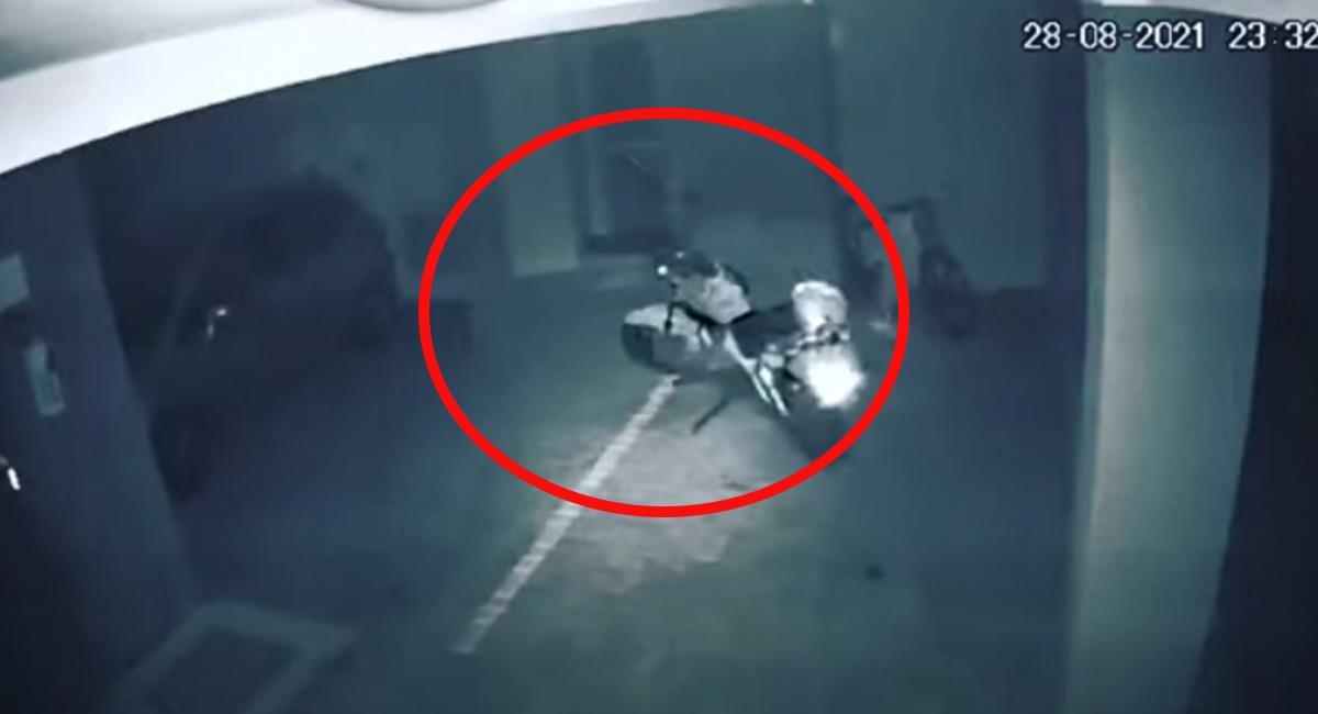 La motocicleta terminó chocando contra el vehículo de la derecha. Foto: Youtube