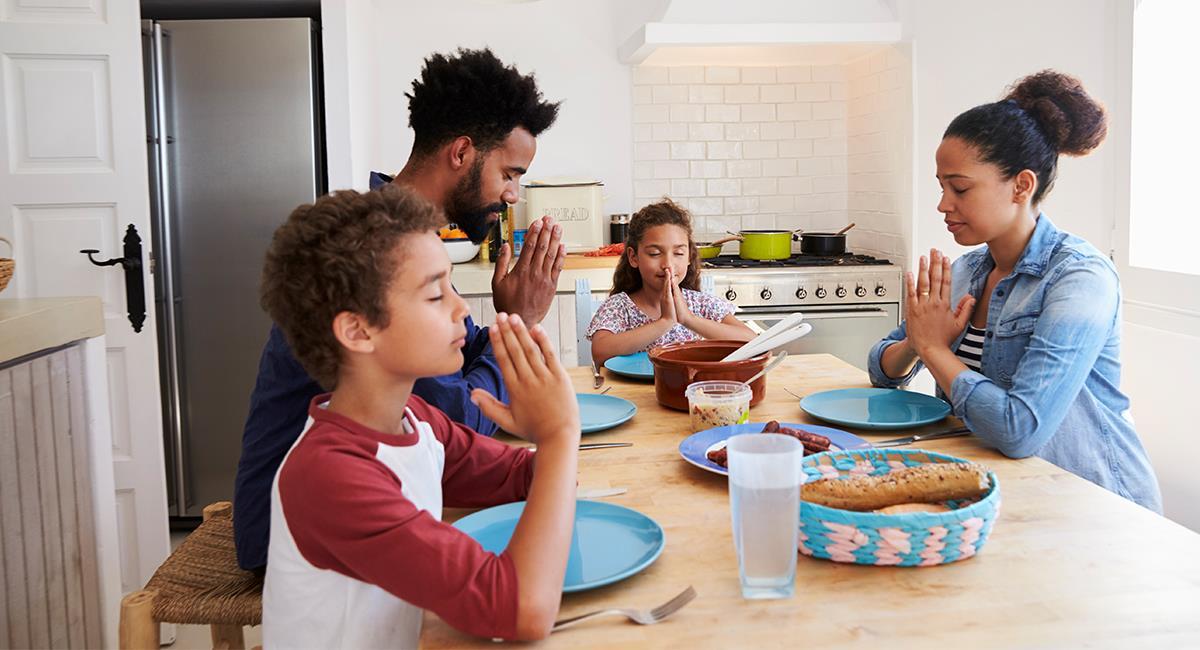 Reza esta oración en familia para bendecir los alimentos de la mesa. Foto: Shutterstock