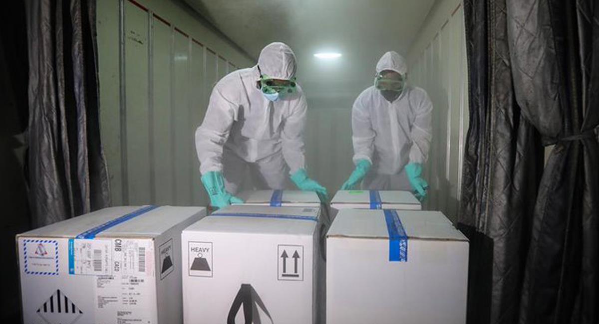 Más vacunas contra la COVID-19 llegan al país con la idea de rápida vacunación y evitar un cuarto pico severo. Foto: Twitter @MamelaFialloFlor