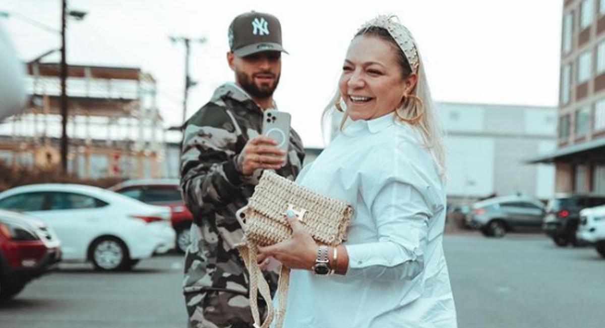La novia del artista los acompañó en la gran sorpresa que tenía para su mamá. Foto: Instagram