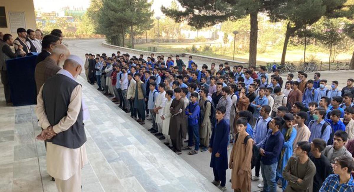 El gobierno talibán inició la reapertura de las aulas de clase solo con hombres y dejó a las mujeres en casa. Foto: Twitter @VPITV