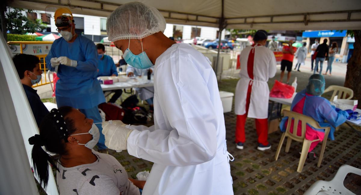 Las muertes por covid-19 en Colombia siguen en descenso. Foto: EFE