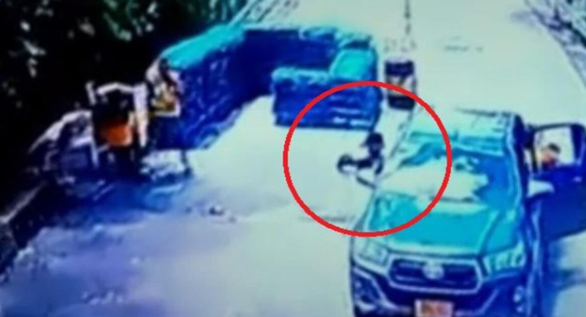 Desde una camioneta fueron atacados dos soldados que se encontraban en un puesto de control en Tame, Arauca. Foto: Twitter @NoticiasCaracol