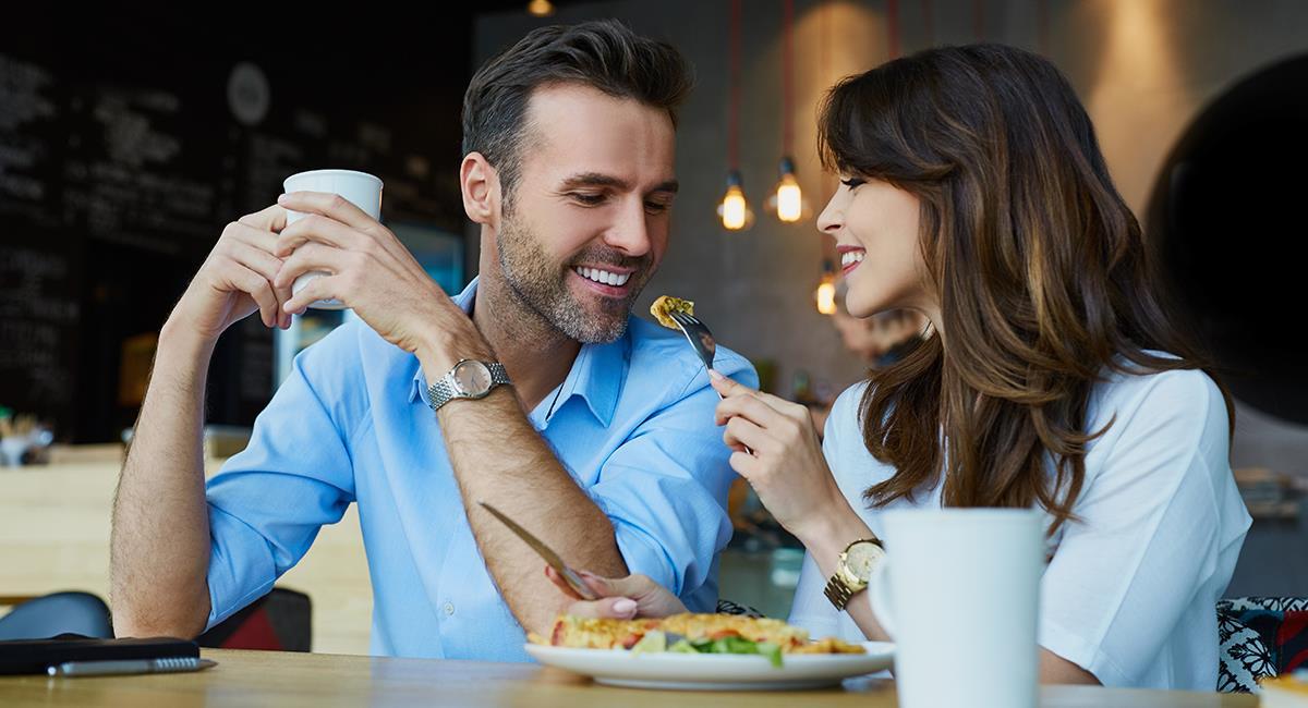 """""""A barriga llena, corazón contento"""": 3 signos a los que puedes enamorar con comida. Foto: Shutterstock"""