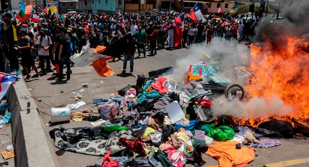 Grupo de personas queman carpas de migrantes durante una marcha contra la migración irregular. Foto: EFE