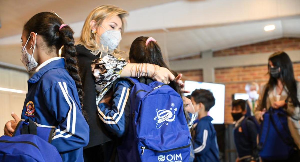 Entrega de kits escolares a estudiantes venezolanos en Bogotá. Foto: Alcaldía de Bogotá