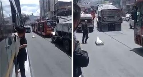 Cuerpo cae de un carro de criminalística a la calle ante la mirada atónita de testigos