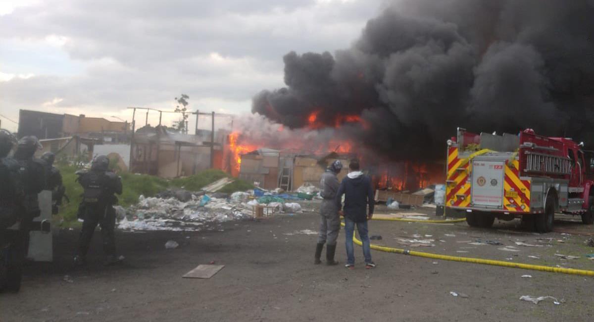 El desalojo de un predio en inmediaciones de la Cárcel Nacional Modelo de Bogotá terminó en un incendio. Foto: Twitter @HRI_ONG