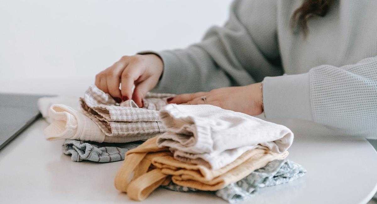 El truco para doblar la ropa es vital para aprovechar el espacio de la maleta. Foto: Pexels